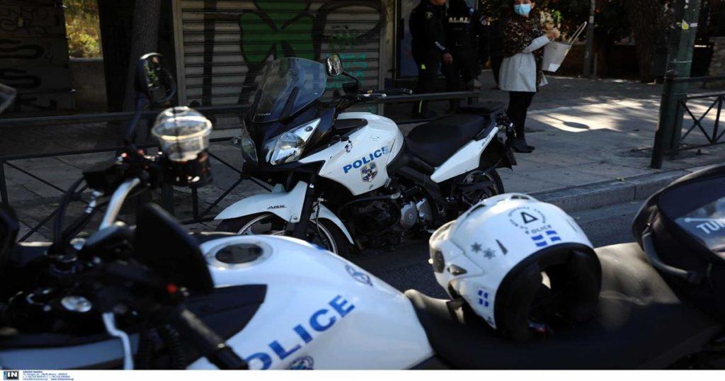 Ένταση στη Νέα Σμύρνη-Αστυνομικοί δέχθηκαν επίθεση από 30 άτομα. Ένας τραυματίας