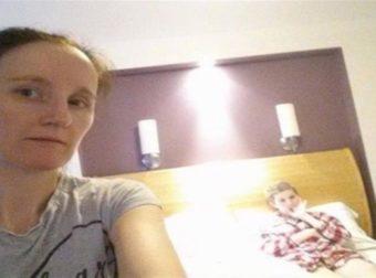 Μητέρα βγάζει μια τελευταία φωτογραφία την ετοιμοθάνατη κόρη της και ένας «Φύλακας Άγγελος» εμφανίζεται στη φωτογραφία