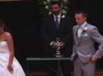 Νύφη απομακρύνεται από τον γαμπρό και εκείνος μένει άναυδος – Κοιτάξτε τα Χέρια της (Βίντεο)