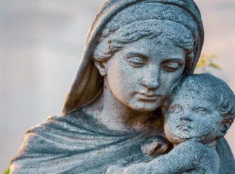 Έλα να σου πω, πάρε τη μάνα σου αγκαλιά, όσο ακόμα προλαβαίνεις. Όσο ακόμα, είναι εδώ